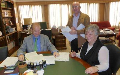 Doreen Alhadeff (à droite) signant ses papiers lui accordant la citoyenneté espagnole en présence du notaire public Pedro Bosch (à gauche) et de Jésus Cantero Morenos, son assistant juridique, le 2 février 2016 à Torremolinos, en Espagne (Crédit : Joseph S. Alhadeff)