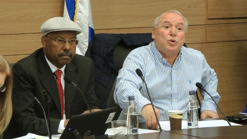Les parlementaires du Likud Avraham Neguise et David Amsalem interrogent les représentants du ministère de l'Intérieur sur le gel de l'Alyah en Ethiopie lors d'une audience de la Knesset, le 21 mars 2017. (Crédit : Melanie Lidman/Times of Israel)