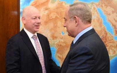Jason Greenblatt, conseiller du président américain Donald Trump, et le Premier ministre Benjamin Netanyahu, à Jérusalem, le 14 mars 2017. (Crédit : Matty Stern/ambassade américaine de Tel Aviv)