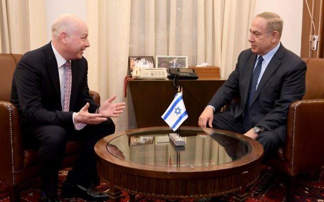 Jason Greenblatt, conseiller du président américain Donald Trump, et le Premier ministre Benjamin Netanyahu, à Jérusalem, le 13 mars 2017. (Crédit : Matty Stern/ambassade américaine de Tel Aviv)