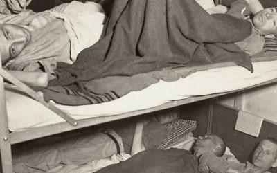 Survivants de l'Holocauste à l'hôpital après la libération à Dachau, en Allemagne, vers avril mai 1945. (Crédit : musée mémorial de l'Holocauste des Etats-Unis/autorisation de Francis Robert Arzt)