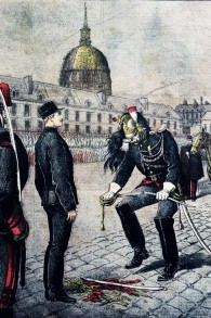 'Le traître : la Dégradation d'Alfred Dreyfus,'' par Henri Meyer, qui dépeint la cérémonie de destitution de ses grades militaires du soldat juif. (Crédit : Wikimedia commons/ domaine public)