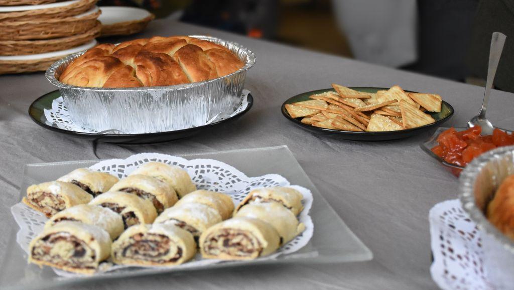 Un petit déjeuner yéménite chez l'habitant. (Crédit : Yaël Ancri/Times of Israël)