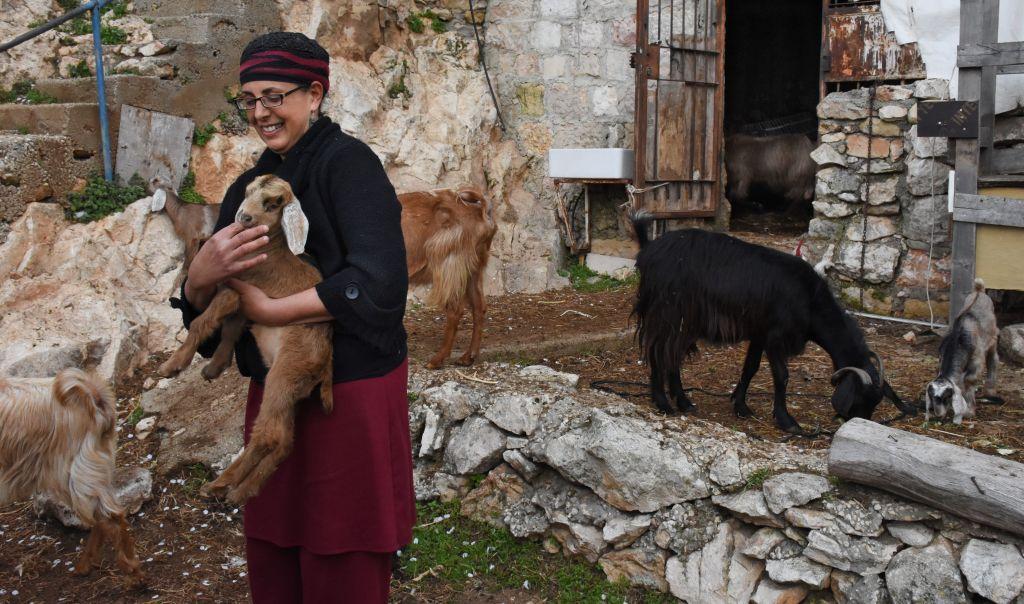 La bergère et guide touristique Efrat Giat avec ses chèvres. (Crédit : Yaël Ancri/Times of Israël)