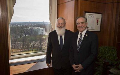Le vice-ministre de la Défense Eli Ben Dahan, à gauche, et le secrétaire américain aux Affaires des vétérans, David Shulkin, dans le bureau de ce dernier à Washington, D.C., le 28 mars 2017. (Crédit : bureau d'Eli Ben Dahan)