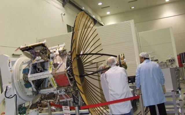 Des employés devant l'IDF/AF TECSAR, un satellite produit par les Industries aérospatiales israéliennes, en janvier 2008. Illustration. (Crédit : IAI via Tsahi Ben-Ami/Flash90)