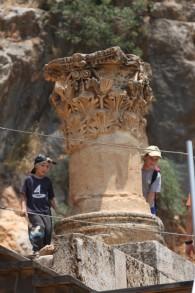 De jeunes Israéliens visitant la ville ancienne romaine de Paneas, dans la réserve naturelle de Banyas sur le plateau du Golan, le 9 juillet 2008 (Crédit : Yossi Zamir/ Flash 90)