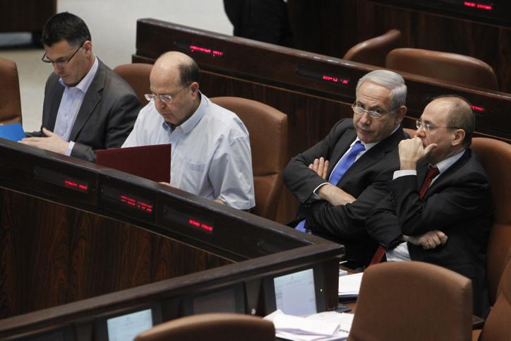 L'ancien ministre de l'Intérieur Gideon Saar, à gauche, l'ancien ministre de la Défense, deuxième à gauche, le Premeir ministre Benjamin Netanyahu et l'ancien ministre de l'Energie à la Knesset, le 1er mai 2013   (Crédit : Miriam Alster/FLASH90)