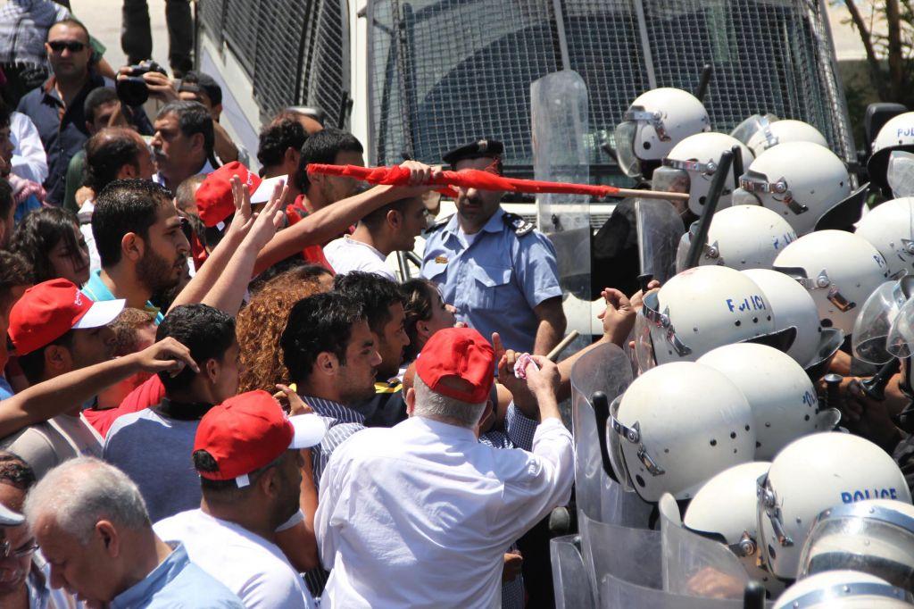 Affrontements entre la police palestinienne et des manifestants à Ramallah, en juillet 2013. Illustration. (Crédit : Issam Rimawi/Flash90)