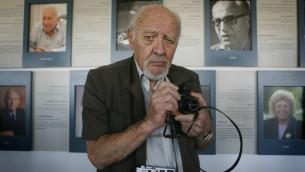 David Rubinger, le photographe de la nation d'Israël, en 2013. (Crédit : Miriam Alster/Flash90)