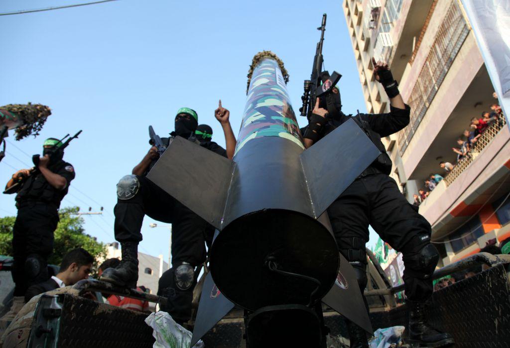 Des membres du Hamas avec la roquette M-75 pendant une parade militaire commémorant l'opération Pilier de défense dans la bande de Gaza, le 14 novembre 2013. (Crédit : Emad Nassar/Flash90)