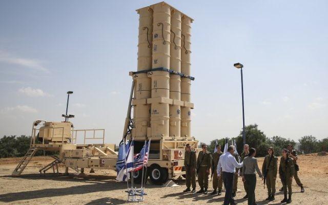 Susan Rice, alors conseillère nationale à la sécurité des Etats-Unis, devant les missiles Arrow 2 à la base Palmachim de l'armée de l'air israélienne, le 9 mai 2014. Illustration. (Crédit : Hadas Parush/Flash 90)