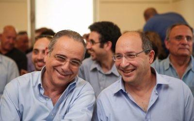 Avi Nissenkorn, à droite, le président de la Histadrout, et Shraga Brosh, syndicaliste patronal, le 11 mars 2015. (Crédit : Hadas Parush/Flash90)