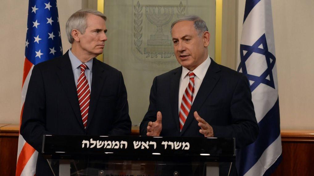 Le Premier ministre Benjamin Netanyahu, à gauche, avec le sénateur américain républicain Rob Portman, le 3 mai 2015. (Crédit : Haim Zach/GPO)