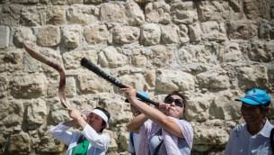 Des touristes chinois sonnent du chofar à la Porte de Jaffa le 2 septembre 2015. (Crédit : Hadas Parush/Flash90)