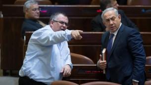 Le Premier ministre Benjamin Netanyahu et le député du Likud David Bitan, à la Knesset, le 18 novembre 2015. (Crédit : Yonatan Sindel/Flash90)