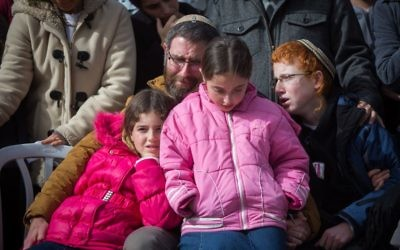 La famille de Dafna Meir pendant ses funérailles à Jérusalem, le 18 janvier 2016. (Crédit : Yonatan Sindel/Flash90)