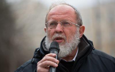 Le rabbin Eli Sadan au cours d'une manifestation devant le bureau du Premier ministre, à Jérusalem, le 21 février 2016 (Crédit : Yonatan Sindel/Flash90)