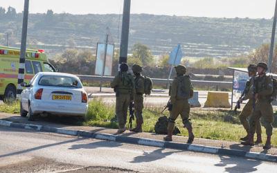 Forces de sécurité israéliennes sur les lieux d'une tentative d'attaque à la voiture bélier, dans le Gush Etzion, en Cisjordanie, le 4 mars 2016. Illustration. (Crédit : Gershon Elinson/Flash90)