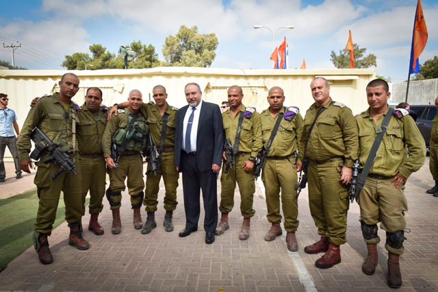 Illustration : Le ministre israélien de la Défense Avigdor Liberman en visite sur la base militaire du Bataillon bédouin de Reconnaissance du désert le 26 juillet 2016 (Crédit : (Ariel Hermoni/Ministère de la Défense)