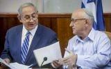 Le Premier ministre Benjamin Netanyahu, à gauche, et le conseiller à la sécurité nationale Yaakov Nagel, pendant la réunion hebdomadaire du cabinet dans les bureaux du Premier ministre, à Jérusalem, le 18 septembre 2016. (Crédit : Marc Israel Sellem/Flash90)