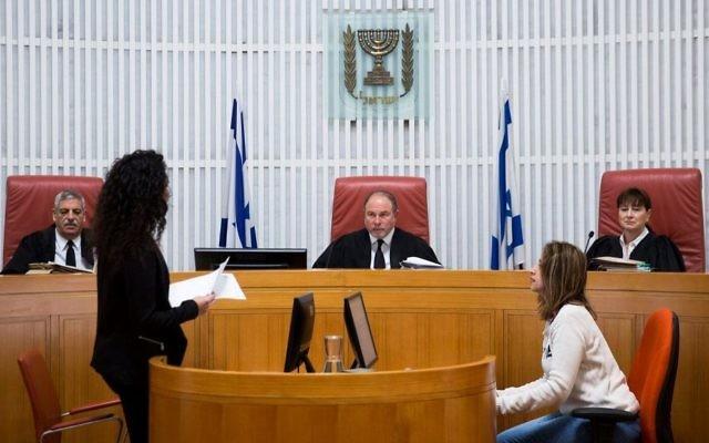 Les magistrats de la cour Suprême Yoram Danziger, au centre,  Anat Baron, à droite, et  Uri Shoham dans la salle d'audience de la Cour Suprême à Jérusalem, avant une séance du tribunal le 7 décembre 2016 (Crédit : Hadas Parush/Flash90)