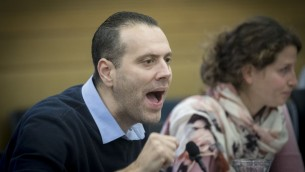 Miki Zohar, député du Likud, pendant le vote du budget de l'Etat en commission des Finances de la Knesset, le 19 décembre 2016. (Crédit : Yonatan Sindel/Flash90)
