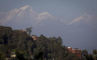 L'Himalaya vue depuis le village népalais de Nagarkot, le 17 décembre 2016. Illustration. (Crédit : Nati Shohat/Flash90)