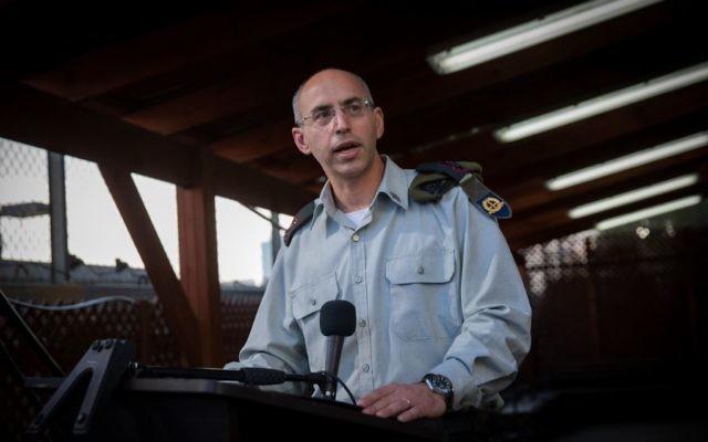 Le lieutenant colonel Nadav Weissman, le procureur du procès d'Elor Azaria, pendant une conférence de presse suite à la lecture du verdict, à la Kirya à Tel Aviv, le 4 janvier 2017. (Crédit : Miriam Alster/Flash90)