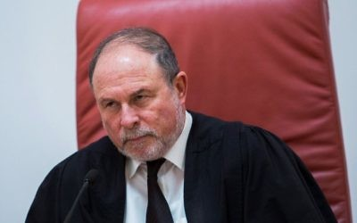 Le juge à la Cour Suprême Yoram Danziger à la Cour suprême de Jérusalem lors d'une audience le 11 janvier 2017 (Crédit : Flash90)