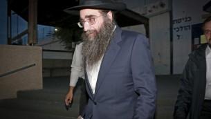 Le rabbin Yoshiyahou Pinto à sa sortie de prison, le 25 janvier 2017. (Crédit : Roy Alima/Flash90)