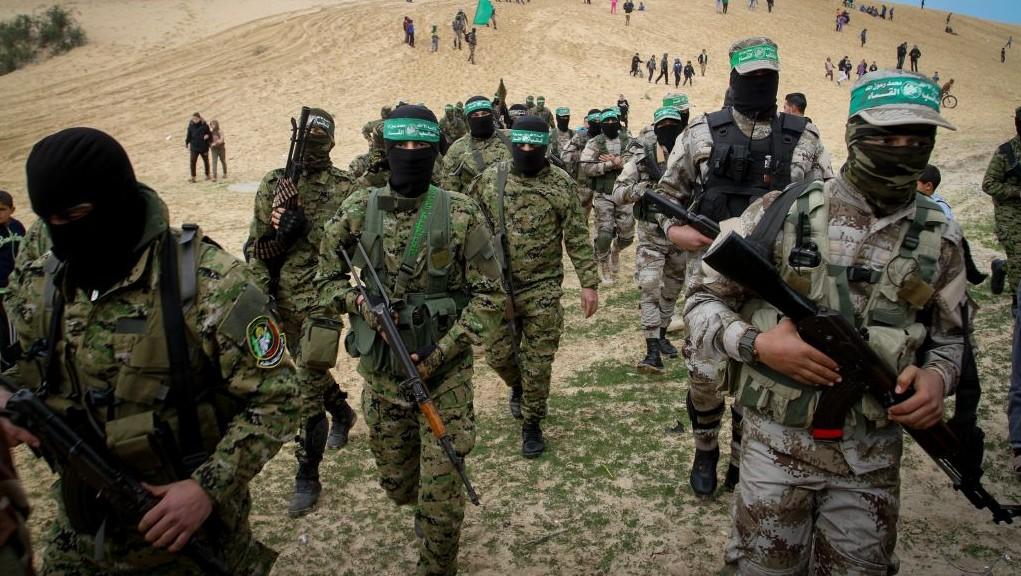 Les membres des Brigades  Izz ad-Din al-Qassam, aile militaire du mouvement islamiste palestinien du   Hamas, se rendent à une commémoration dans la ville de Rafah, au sud de la Bande de Gaza, le 31 janvier 2017 (Crédit : Abed Rahim Khatib/Flash90)