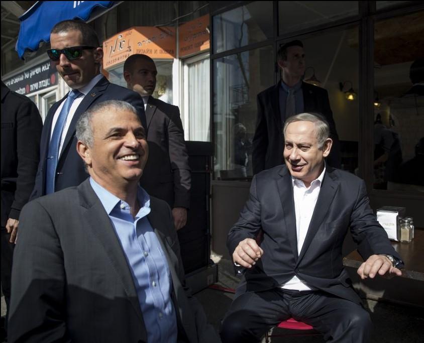 Pause déjeuner pour le Premier ministre Benjamin Netanyahu et son ministre des Finances Moshe Kahlon chez Hummus Ben Sira, dans le centre de Jérusalem, le 8 février 2017. (Crédit : Noam Revkin Fenton/Flash90)