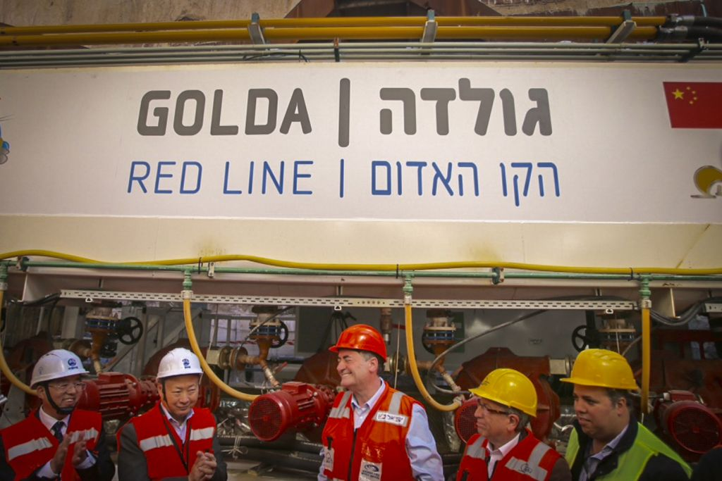 Le ministre des Transports Yisrael Katz (au centre) lors de la cérémonie d'ouverture du chantier du tram de Tel Aviv, le 19 février 207. (Crédit : Flash90)