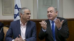 Le Premier ministre Benjamin Netanyahu et son ministre des Finances Moshe Kahlon pendant la réunion hebdomadaire du cabinet, à Jérusalem, le 19 février 2017. (Crédit : Olivier Fitoussi/Pool)