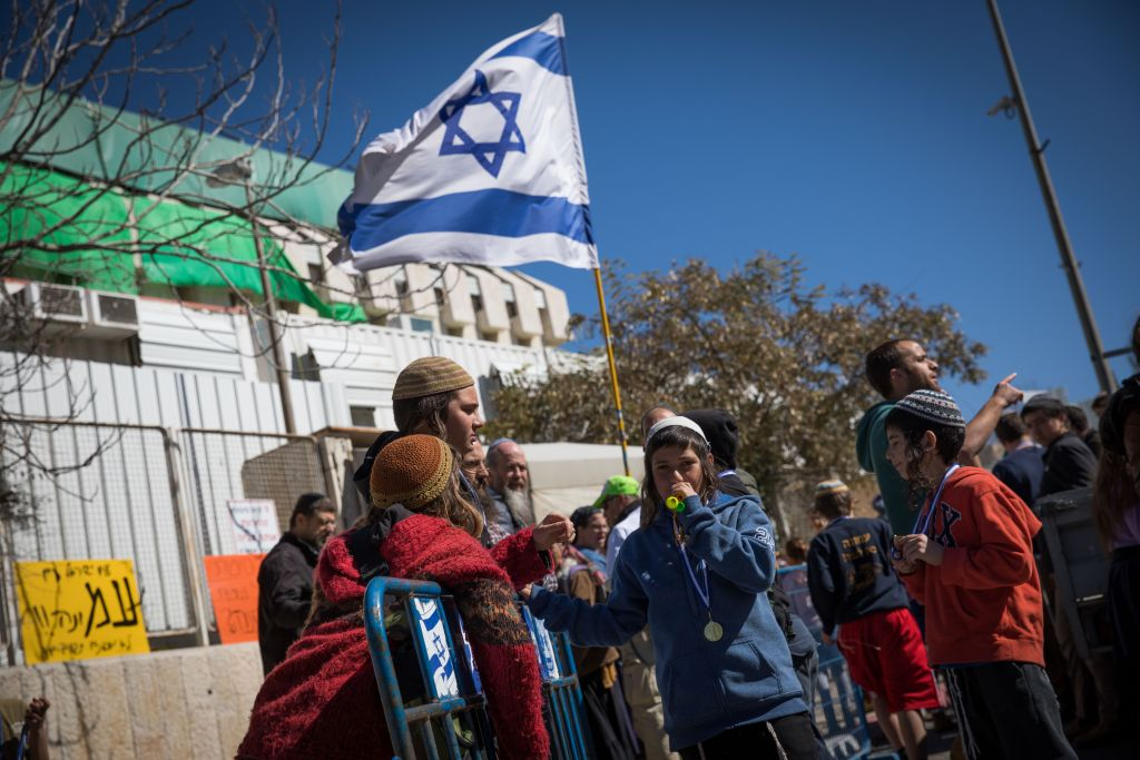 Des résidents évacués de l'avant-poste israélien d'Amona manifestent devant le bureau du Premier ministre à Jérusalem, le 19 février 2017. (Crédit : Yonatan Sindel/Flash90)