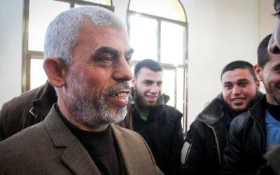Yahya Sinwar, dirigeant du Hamas dans la bande de Gaza, lors de l'inauguration d'une nouvelle mosquée à Rafah, dans le sud de la bande de Gaza, le 24 février 2017. (Crédit : Abed Rahim Khatib/Flash90)