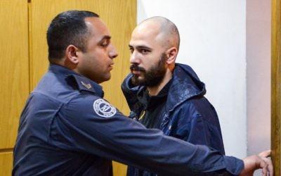 Nadav Sela, inculpé pour le meurtre de sa femme, ses deux enfants, et le fils d'un voisin à Migdal, dans le nord d'Israël, devant la cour des magistrats de Nazareth, le 26 février 2017. (Crédit : Basel Awidat/Flash90)