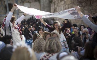 Les membres du mouvement des Femmes du mur pendant leur service de prière mensuel au Mur occidental dans la Vieille Ville de Jérusalem, le 27 février 2017 (Crédit : Hadas Parush / Flash90)