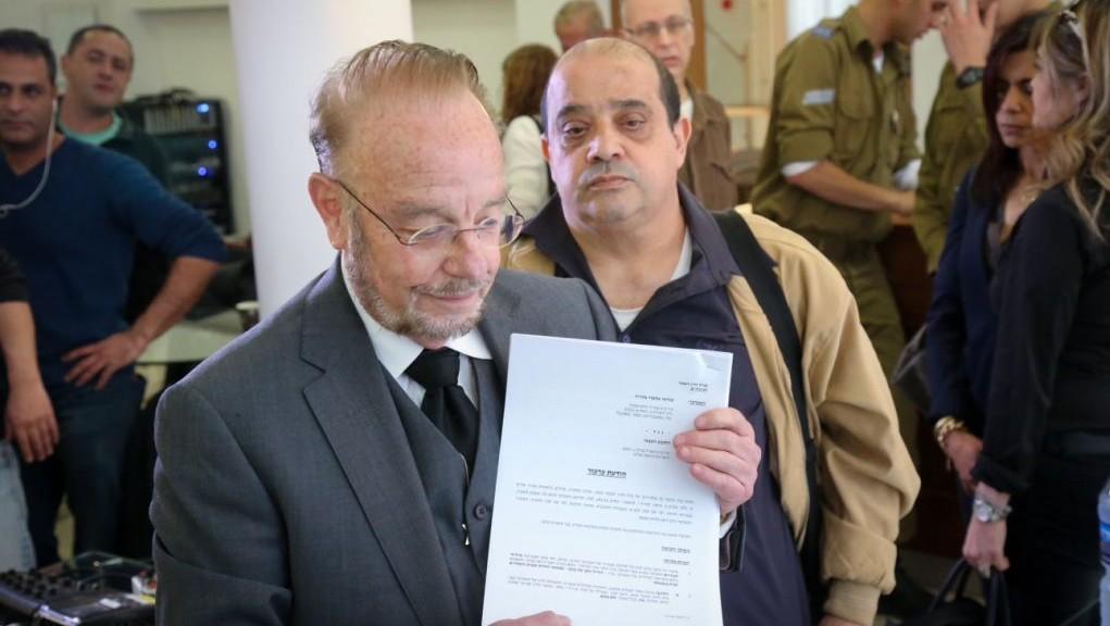 Le père d'Elor Azaria, Charlie, à droite, et son avocat Yoram Sheftel, pendant une conférence de presse annonçant leur décision de faire appel de la condamnation du soldat, à Tel Aviv, le 1er mars 2017. (Crédit : Flash90)