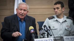 Le président de la commission, le député du Likud Avi Dichter, à gauche, et le général de division Herzl Halevi, chef des Renseignements militaires, devant la commission des Affaires étrangères et de la Défense de la Knesset, le 1er mars 2017. (Crédit : Yonatan Sindel/Flash90)