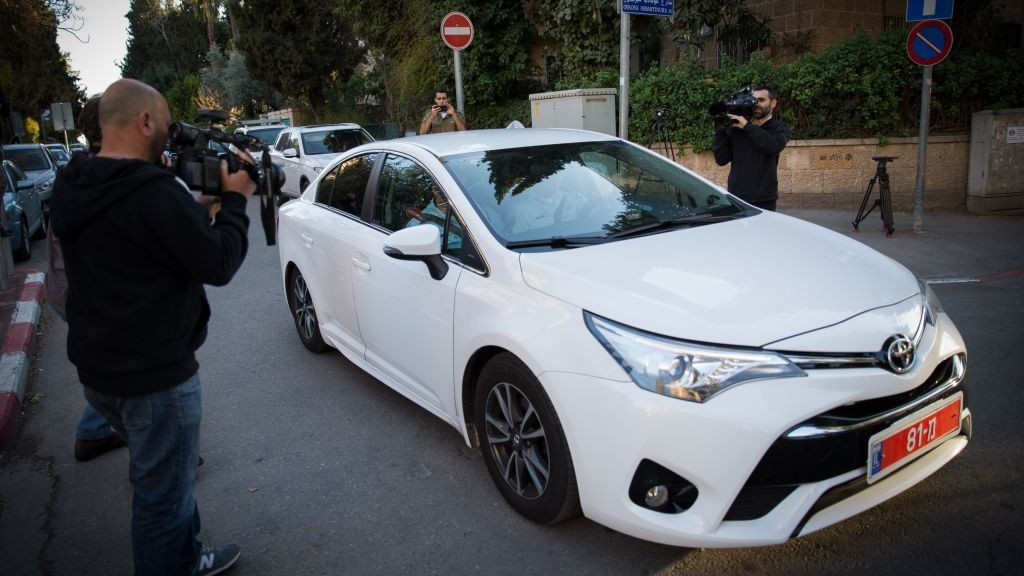 La police arrive à la résidence du Premier ministre à Jérusalem pour interroger Benjamin Netanyahu, le 6 mars 2017. (Crédit : Yonatan Sindel/Flash90)