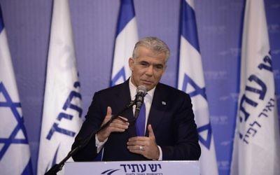 Yair Lapid, président du parti Yesh Atid, lors d'une conférence de presse, le 7 mars 2017. (Crédit : Tomer Neuberg/Flash90)