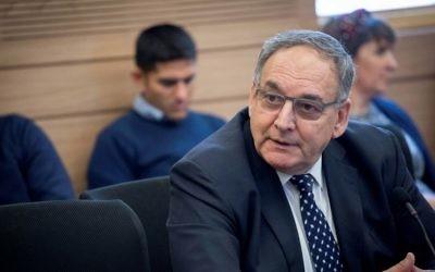 Zeev Rotstein, directeur exécutif du centre médical Hadassah Ein Kerem devant la commission du Travail, des Affaires sociales et de la Santé de la Knesset pour expliquer la crise de son unité d'oncopédiatrie, le 7 mars 2017. (Crédit : Yonatan Sindel/Flash90)