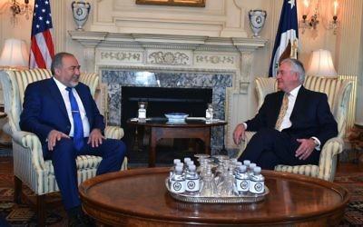 Avigdor Liberman, ministre de la Défense, avec le secrétaire d'Etat américain  Rex Tillerson à Washington, le 8 mars 2017. (Crédit : Ariel Hermoni/ministère de la Défense)