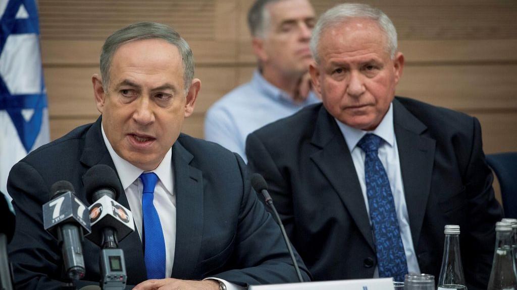 Le Premier ministre Benjamin Netanyahu, à gauche, et le parlementaire du Likud Avi Dichter, à droite, se rendent à une réunion de la commission des Affaires étrangères et de la défense de la Knesset, le 8 mars 2017 (Crédit : Yonatan Sindel/Flash90)