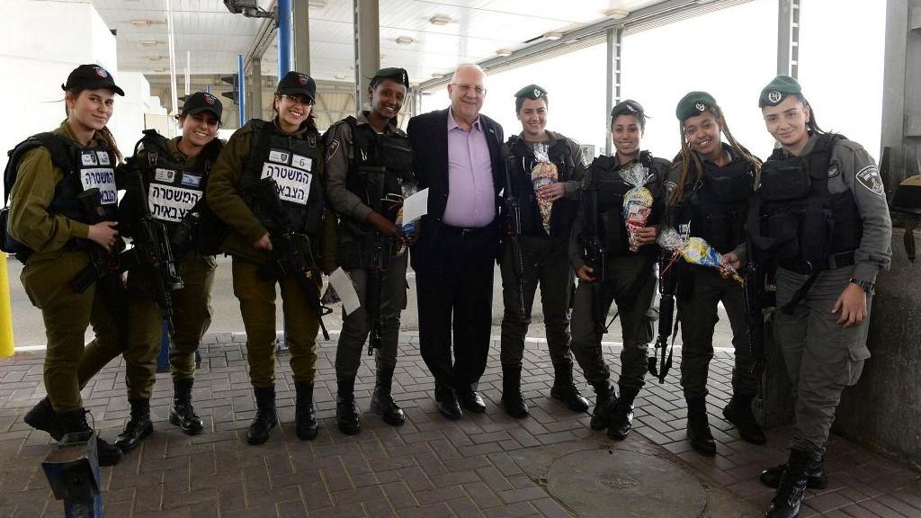 Le président Reuven Rivlin donne des colis de Pourim (Mishloach Manot) aux forces de sécurité israéliennes du checkpoint d'Ofer, le 12 mars 2017. (Crédit : Mark Neyman/GPO)