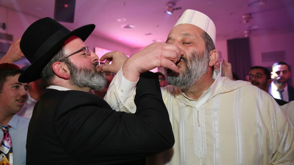 Le ministre déguisé de l'Intérieur, Aryeh Deri, à droite, pendant une fête de Pourim, à Akko, le 11 mars 2017. (Crédit : Yaacov Cohen/Flash90)