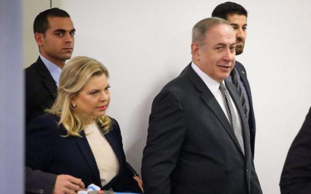 Le Premier ministre Benjamin Netanyahu et son épouse Sara à leur arrivée à la cour des magistrats de Tel Aviv pour leur procès en diffamation contre le journaliste Yigal Sarna, le 14 mars 2017. (Crédit : Moti Kimchi/Pool/Flash90)
