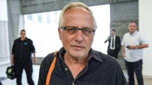 Le journaliste Yigal Sarna à son arrivée à la cour des magistrats de Tel Aviv où il est poursuivi en diffamation par le Premier ministre Benjamin Netanyahu et son épouse Sara, le 14 mars 2017. (Crédit : Robi Castro/Pool/Flash90)